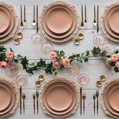 Pretty rose gold table layout by @casadeperrin to inspire those looking for…