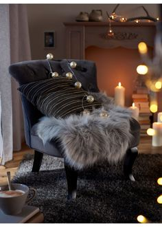 Edles Synthetik Lammfell für ein gemütliches Zuhause! Cosy Corner, Interior Inspiration, Guest Room, Accent Chairs, Furniture, Home Decor, Ad Home, Upholstered Chairs, Decoration Home