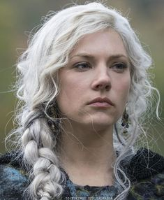 """The Hottest Pictures Of Katheryn Winnick (Lagertha Lothbrok) From The Hit Show """"Vikings"""" Katheryn Winnick Vikings, Lagertha Vikings, Viking Braids, Viking Hair, Viking Queen, Viking Woman, Ragnar Lothbrok, Floki Viking, Dreads"""
