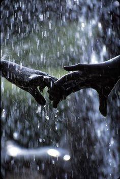 Nette romantische Paare Schwarzweiss-Fotografie im Regen ▷ Cute romantic couple. Black and white photography in the rain Walking In The Rain, Singing In The Rain, Rainy Night, Rainy Days, Photo Main, I Love Rain, It Will Rain, Foto Art, Jolie Photo