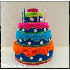 Verjaardagstaart. Het patroon van de verjaardagstaart is gratis verkrijgbaar op Ravelry.