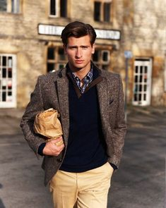 Substitute the blazer for a field jacket for a more casual look Preppy Mens Fashion, Gents Fashion, Male Fashion, Fashion Beauty, Womens Fashion, Gentleman Mode, Gentleman Style, Style Casual, Preppy Style