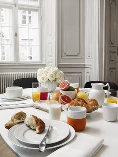 Hvid riflet morgenbord med contrast krus
