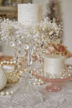 Arranjo - vela - flor - Diy - Existe algo mais romântico, tradicional e eterno do que pérolas? Elas têm uma versatilidade incrível! Decoração com Pérolas - pearls - faça você mesmo - #decor #decorar #diy #perolas #pearls #home @pitacoseachados