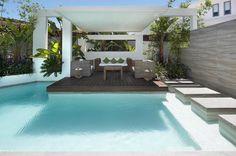 Holzterrasse mit Garten lounge vom Wasser umgeben
