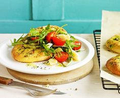 Basilikum-Focaccia mit Salat
