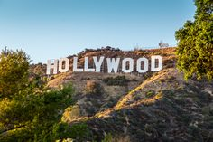 The world famous landmark Hollywood Sign on in Los Angeles, California. Hollywood Sign, Hollywood Walk Of Fame, Hollywood California, Hollywood Hills, West Hollywood, Hollywood Stars, Interaktives Museum, Beste Hotels, City Of Angels