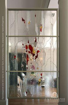 воздушная лёгкая витражная перегородка кухня/холл, использовано бесцветное стекло различных фактур и эрклёзы(обколотое по краям толстое стекло)