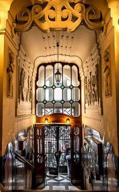 Art nouveau entryway, Budapest (Lakóház a budapesti Hegedűs Gyula utcában) Architecture Design, Architecture Art Nouveau, Beautiful Architecture, Beautiful Buildings, Interior Art Nouveau, Design Art Nouveau, Belle Epoque, Art Nouveau Arquitectura, Jugendstil Design