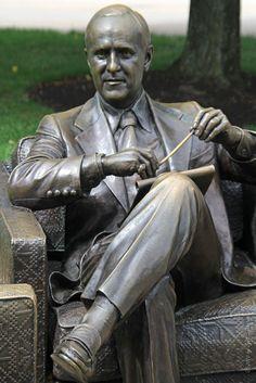 Public Art in Chicago: Navy Pier [Bob Newhart Statue, as Bob Hartley]