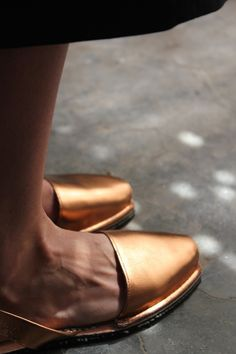 Mooie koperkleurige sandalen aan
