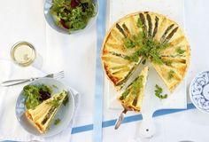 Weißer und grüner Spargel, würziger Ziegenfrischkäse und Pecorino - die perfekten Zutaten für eine Frühjahrs-Quiche.