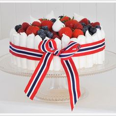 17.mai-kake Norway National Day, Cupcake Cakes, Cupcakes, National Holidays, Occasion Cakes, Food Inspiration, 4th Of July, Cake Decorating, Raspberry