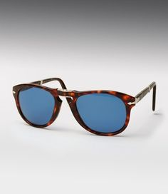 Every gentleman should have a great pair of sunglasses. A pair of Persol 714 folding sunglasses should definitely be among your collection. These were actually made famous by Steve McQueen. Ray Ban Sunglasses Sale, Blue Sunglasses, Sunglasses Outlet, Sunglasses Online, Sunglasses 2016, Cool Glasses, Mens Glasses, Steve Mcqueen, Folding Sunglasses