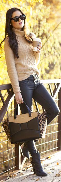 Este es un conjunto perfecto en invierno: un jersei color beig de talla grande, lo podemos llevar con una camiseta ajustada y larga debajo para que salga por encima del pantalón, que puede ser un jean en color tejano o negro, con unos botines o botas altas de color marrón oscuro o beig. El bolso puede ser bandolera o bolsa de mano en color marrón oscuro o negro.