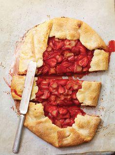 Tarte rustique fraises et rhubarbe / Rustic strawberries and rhubarb pie Rhubarb Desserts, Strawberry Rhubarb Pie, Rhubarb Recipes, Strawberry Recipes, Pie Recipes, Sweet Recipes, Dessert Recipes, Cooking Recipes, Ricardo Recipe