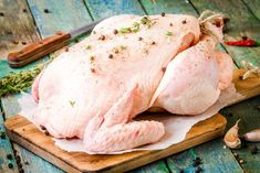 how long to smoke a chicken Smoked Whole Chicken, Stuffed Whole Chicken, Smoker Recipes, Cooking Recipes, Big Green Egg Bbq, Good Food, Yummy Food, Smoking Meat, Recipe Using