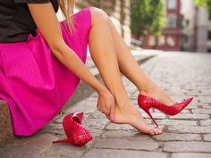 High Heels, Mules und Ballerinas haben eine Sache gemeinsam: Sie können unseren Füßen ganz schöne Schmerzen bereiten. Wir haben die ultimativen Tricks.