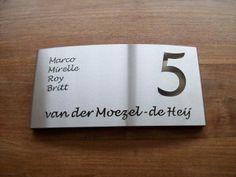HuisnummerGigant A-02 naambord. Alle mogelijke lettertypes kunnen we verwerken. Informeer vrijblijvend naar de mogelijkheden.