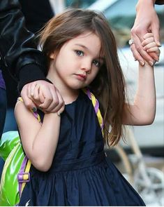 April 18 – b. Suri Cruise, daughter of Tom Cruise and Katie Holmes Cute Little Girls, Little Girl Dresses, Cute Kids, Cute Babies, Baby Girls, Katie Holmes, Outfits Niños, Cruise Outfits, Kids Outfits