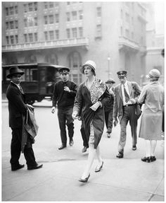 "A socialite passes onlookers on Park Avenue, New York, She looks almost like Tony Curtis' character in movie ""Some Like It Hot"". Roaring Twenties, The Twenties, Belle Epoque, Vintage Photographs, Vintage Photos, New York Vintage, Leotard Fashion, I Love Ny, Park Avenue"
