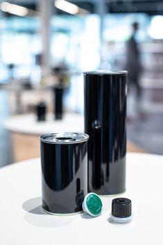 Runde Sache! Hochwertige Speiseöle reagieren besonders sensibel auf Licht, Luft & Wärme. Die neuen tiefschwarz glänzenden Öldosen von ETIVERA werden in dieser Hinsicht allen Ansprüchen gerecht und sehen dabei auch noch richtig gut aus.