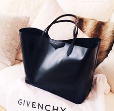 Givenchy Rubber-Effect Large Antigona Shopper Tote Mode Inspiration, Beautiful Bags, Beautiful Handbags, My Bags, Tote Bags, Purse Wallet, Purses And Handbags, Fashion Bags, Fashion Handbags