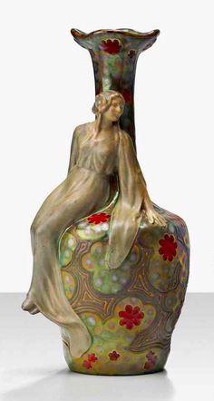 Zsolnay, virágos váza ülő nőalakkal