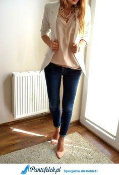 Biała marynarka, beżowa koszulka&jeansy
