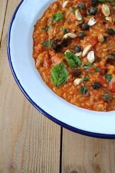 Fruchtiges Tomatenrisotto mit Erdnüssen und frittierten Kapern
