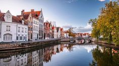 Bruges: A small city with big beauty. Bruges imitates what life would be like in the late middle ages. With medieval architecture and every little hidden gem is a snap shot of a fairytale. This Photogenic little city even puts the postcards to shame. Europe Wallpaper, City Wallpaper, Wallpaper Desktop, Desktop Backgrounds, Desktop Wallpapers, Places In Europe, Places To Visit, Holland, Paris 3