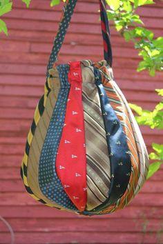 Bolsa produzida em Patchwork com retalhos de gravatas
