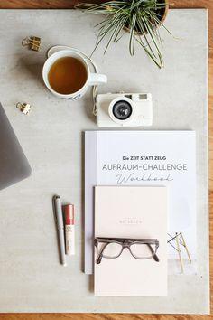 """Aufräumen und Ordnung halten machbar machen. Das schafft Ihr easy Stück für Stück mit dem neuen Workbook von """"Zeit statt Zeug"""".  """"In 12 Wochen zu mehr Klarheit, Freude und innerer und äußerer Ordnung."""" Es geht darum, statt mehr Zeug mehr Zeit für das Wesentliche im Leben zu haben.   Das Workbook umfasst alle Bereiche des alltäglichen Lebens – von der Handtasche, der Küche über den Kleiderschrank, Papierkram bis hin zu einem aufgeräumten Mindset: in machbaren, täglichen Schritten. Mindful, Turntable, Spring Time, Planer, Easy, 12 Weeks, Green Ideas, Daily Inspiration, Beautiful Life"""