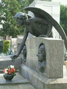 Een engel wakend over een graf