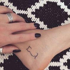Minimalist cat tattoo on Jessenia Flemings left inner. - Minimalist cat tattoo on Jessenia Flemings left inner… - Tattoo Und Piercing, Tattoo On, Henna Tattoos, Finger Tattoos, New Tattoos, Cool Tattoos, Tatoos, Ankle Tattoos, Cousin Tattoos