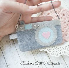 I want to make a felt case for my camera. This is perfect! Cute Crafts, Felt Crafts, Fabric Crafts, Sewing Crafts, Diy And Crafts, Sewing Projects, Felt Case, Diy Couture, Felt Decorations