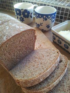 Dit is mijn favoriete recept van een volkoren brood, alleen al van de geuren die uit mijn keuken komen wordt ik al vrolijk. Heerlijk voor d... Bread Machine Recipes, Bread Recipes, Baking Recipes, Cooking Bread, Bread Baking, Thermomix Bread, True Food, Vegan Bread, Bread Cake