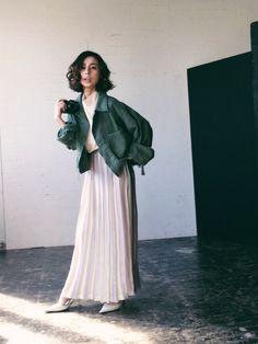 黒石奈央子さんのスカート「Ameri COLOR STRIPE PLEATS SKIRT」を使ったコーディネート