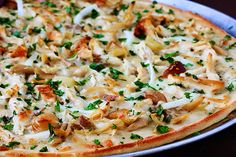 Roasted Garlic Chicken Pizza - so simple! My favorite kind of pizza. Chicken Garlic Pizza Recipe, Chicken Recipes, Chicken Gravy, Chicken Meals, Chicken Tacos, Vegetable Recipes, I Love Food, Good Food, Yummy Food
