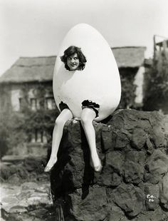Incredibly bizarre vintage halloween costume: an egg woman! Retro Halloween, Halloween Fotos, Costume Halloween, Women Halloween, Girl Halloween, Classic Halloween Costumes, Halloween Night, Halloween Halloween, Weird Vintage