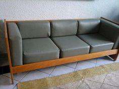 Sofá de madeira marfim e assento corino verde em excelente estado. Wood Sofa, Love Seat, Couch, Furniture, Home Decor, Wooden Sofa, Ivory, Green, Settee