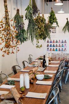 パーティーの席には、天井から様々なドライハーブを吊る下げて。見た目にもおしゃれで香りにも癒されます。テーブルにもハーブなどのグリーンをさりげなく。