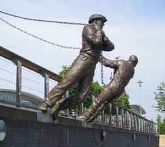 Shipbuilders - Andy Scott sculpture on the river Clyde