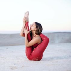 Find balance between comfort and discomfort in your practice. PC: and in Alo Yoga Airbrush Legging - Red Velvet Glossy Outdoor Yoga, Calisthenics, Yoga Inspiration, Namaste, Yoga Pants, Fitspo, Healthy Lifestyle, Fitness Motivation, Exercise
