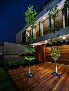 Thiết kế tóm tắt được đặt ra rất rõ ràng bởi khách hàng: 1 phòng khách rộng gấp đôi, 4 phòng ngủ, tái sử dụng nhiều nhất có thể cấu trúc hiện tại. Park + Associates đã đưa ra một cấu trúc mới thay thế ngôi nhà xây bằng gạch nung hiện có. Tất cả các phòng trong ngôi nhà đều có thể kết nối trực tiếp ra cảnh quan bên ngoài thông qua các cửa kính trượt và các sàn tầng đa dạng.
