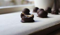 Dadelkaramel er en naturlig, sukkerfri efterligning af karamel lavet på dadler, fløde og smør. Smager skønt og kan fx bruges i disse guldkarameller.