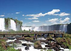 Cataratas do Iguaçu (Foz do Iguaçu- PR) A mais famosa das cascatas do Brasil está localizada na fronteira entre o estado do Paraná e a província argentina de Missiones, as Cataratas do Iguaçu são um conjunto com cerca de 275 metros quedas d'água no rio Iguaçu, localizada no Parque Nacional do Iguaçu, em Foz do Iguaçu, no Paraná.