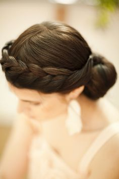 Braided bun hairstyle. Would also like to be able to do my hair like this...