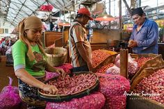 Onion seller at Pabean Food Market. Surabaya, Indonesia. #sonya7ii #sel28f20 #surabaya #pasarpabean #sonyimages