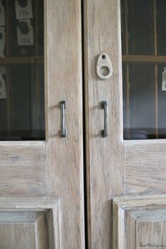 How to get a rustic, bleached wood finish - Kate - House Mix How to get a rustic, bleached wood fini Easy Woodworking Projects, Woodworking Furniture, Woodworking Plans, Woodworking Jigsaw, Wood Projects, Woodworking Workshop, Woodworking Lessons, Woodworking Quotes, Woodworking Logo